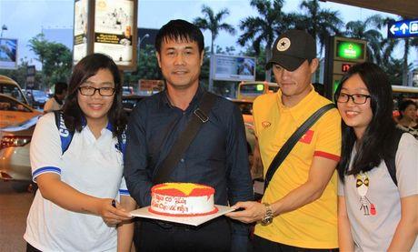 Thay tro HLV Huu Thang duoc khan gia tang banh kem - Anh 1
