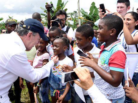 Tong thong Colombia tang toan bo tien thuong Nobel hoa binh - Anh 1