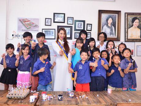 Lilly Nguyen gian di ao dai trang di tu thien - Anh 1