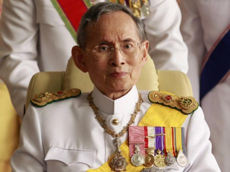 Vua Thai Lan suc khoe yeu hon, phai tho bang may - Anh 1
