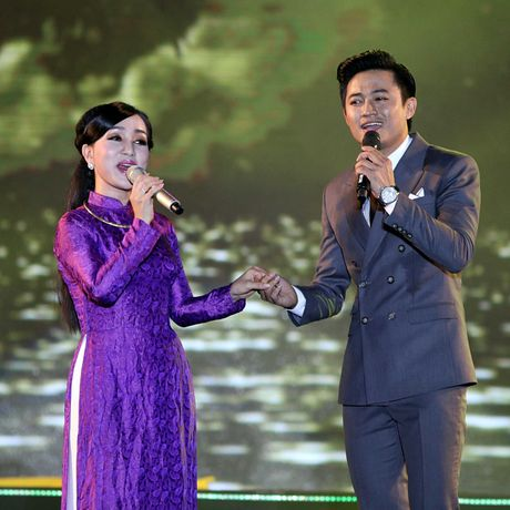 Phuong Thanh doi khan che dau troc tren san khau - Anh 11