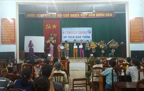 Binh Dinh: San khau hoa tuyen truyen ATGT cho phu nu - Anh 1
