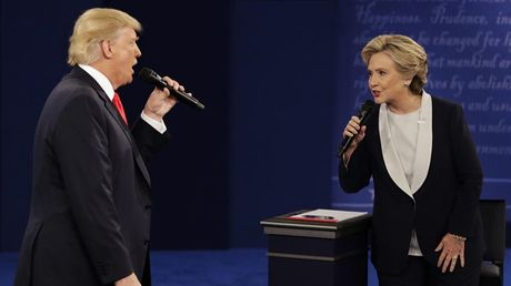 Bay khoanh khac 'kinh dien' trong cuoc doi dau lan 2 giua Trump-Clinton - Anh 5