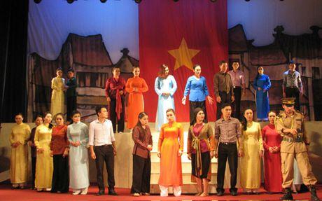 San khau cheo: Duong truong van lam chong chenh - Anh 2