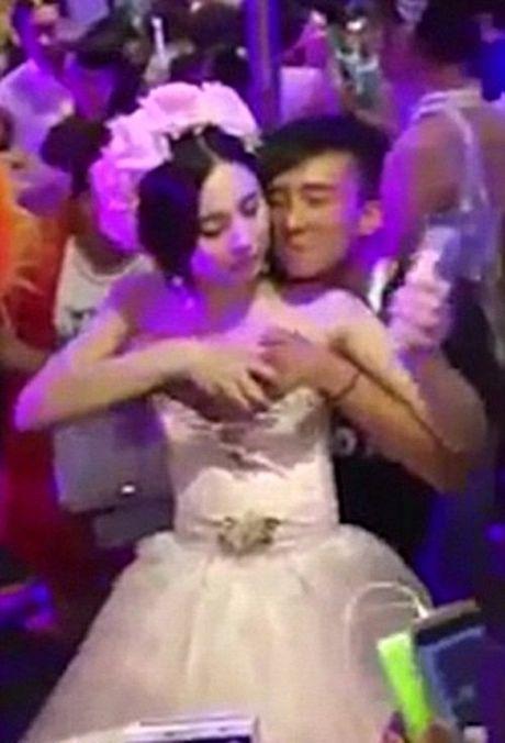Xon xao clip co dau TQ cho khach so nguc de kiem tien - Anh 1