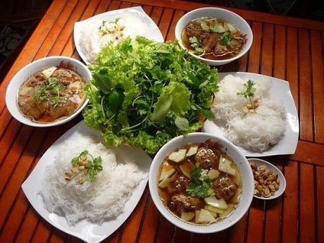 Mon an duong pho Ha Noi khien khach Tay san sang ngoi via he - Anh 3