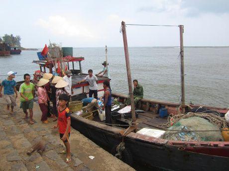 Ngu dan ke giay phut kinh hoang cuu nguoi bi chim tau o Quang Tri - Anh 1