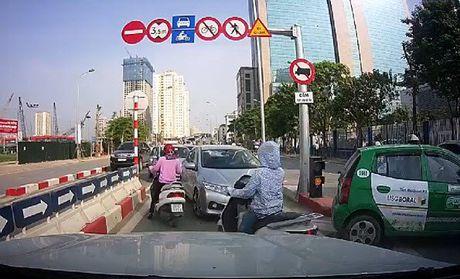HN: Phat 2 tai xe di nguoc chieu lao vun vut tren cau vuot - Anh 1