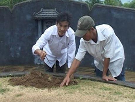 Vu hang nghin ngoi mo bi dong dinh bi an: Chu tich xa len tieng - Anh 1