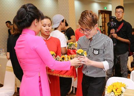 "Huynh Lap ""chap but"" cho Viet Huong deo day chuyen hon 2 ty tai liveshow - Anh 3"