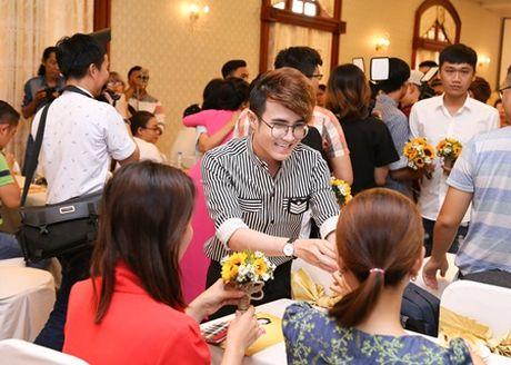 "Huynh Lap ""chap but"" cho Viet Huong deo day chuyen hon 2 ty tai liveshow - Anh 4"