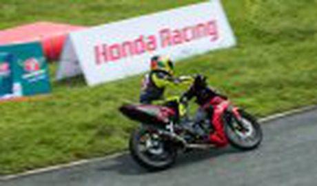 Honda WINNER 150 duoc mang vao duong dua, cung kha an tuong - Anh 9