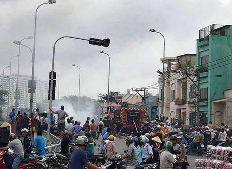 Xe mo to chay ngun ngut tren cau Chanh Hung - Anh 2