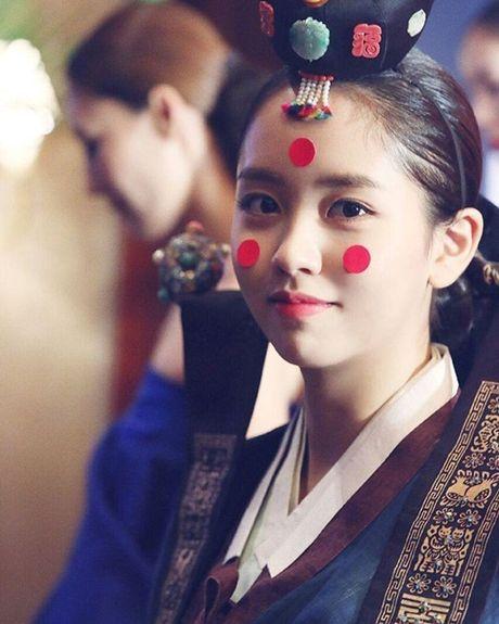 Sao Han 11/10: Hye Ri lap lo vong mot, Kim So Hyun hoa co dau xinh dep - Anh 3