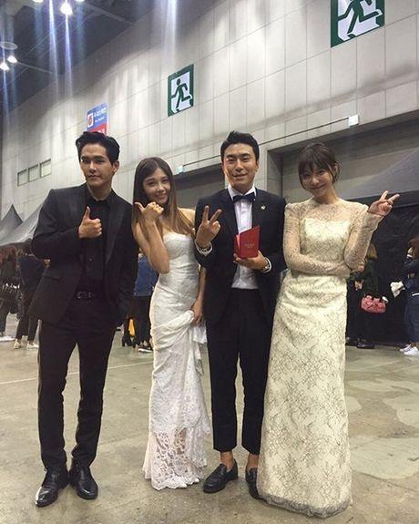 Sao Han 11/10: Hye Ri lap lo vong mot, Kim So Hyun hoa co dau xinh dep - Anh 4