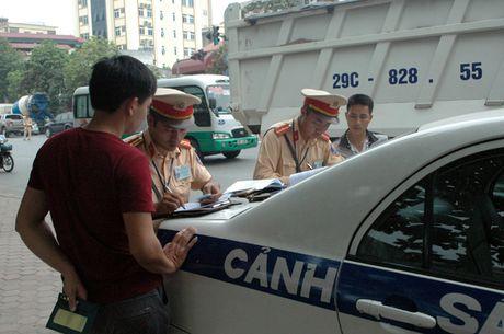 Gap CSGT, lai xe tai cho vat lieu xay dung rut dien thoai 'cau cuu' van bi phat - Anh 10