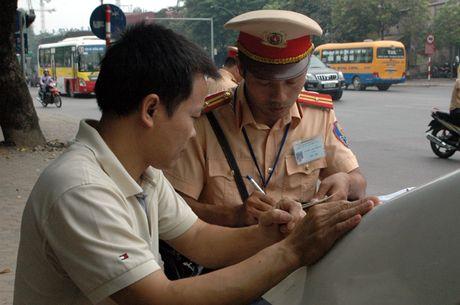 Gap CSGT, lai xe tai cho vat lieu xay dung rut dien thoai 'cau cuu' van bi phat - Anh 12