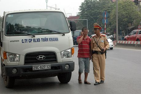 Gap CSGT, lai xe tai cho vat lieu xay dung rut dien thoai 'cau cuu' van bi phat - Anh 6