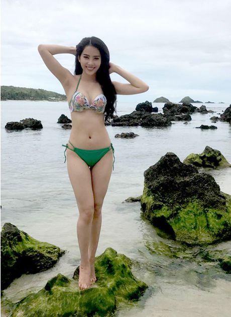 Nam Em tao dang voi bikini tren bao Philippines - Anh 1