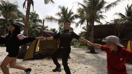 MC Thanh Bach 'quay het minh' cung 10 cau thu nhi - Anh 2