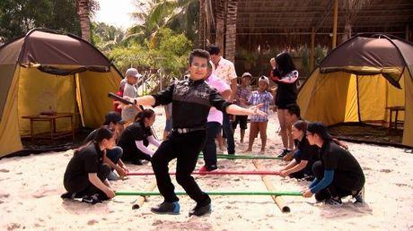 MC Thanh Bach 'quay het minh' cung 10 cau thu nhi - Anh 3