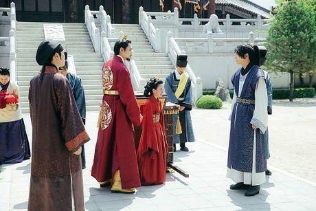 Nguoi tinh anh trang tap 14: IU dau kho khi Lee Jun Ki lay vo - Anh 2
