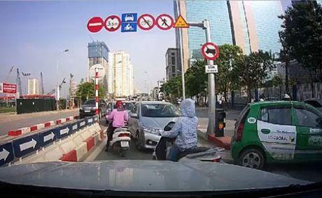 Tuoc giay phep lai xe o to di nguoc chieu tren cau vuot Hoang Minh Giam - Anh 1