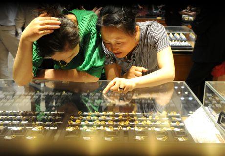 Gia vang SJC cao hon the gioi gan 2 trieu dong/luong - Anh 1