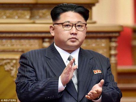 Ong Kim Jong-un so bi am sat, khong dam di xa - Anh 1