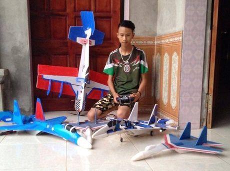 Hoc sinh che mo hinh Su-37: 'Khong phai mua ve la bay duoc' - Anh 2