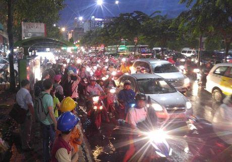 Giao thong Sai Gon roi loan nhieu gio trong con mua chieu - Anh 6