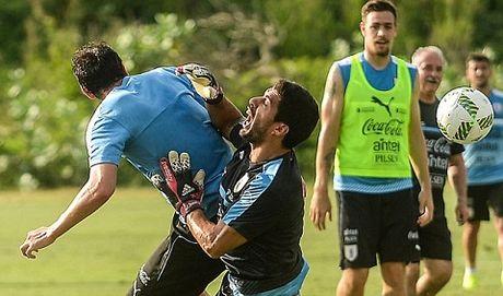 Luis Suarez va Diego Godin 'triet ha' nhau tren san tap cua Uruguay - Anh 1