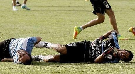Luis Suarez va Diego Godin 'triet ha' nhau tren san tap cua Uruguay - Anh 3