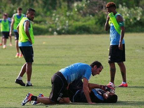 Luis Suarez va Diego Godin 'triet ha' nhau tren san tap cua Uruguay - Anh 4