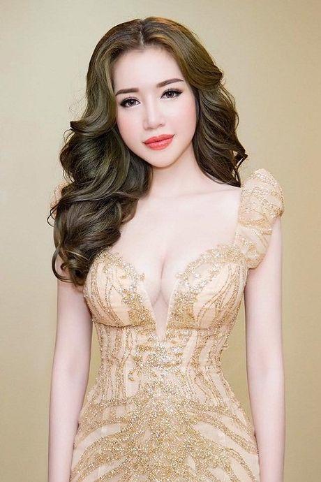 Khong can bikini cung it nguoi vuot duoc nguc 'khung' cua Elly Tran - Anh 4