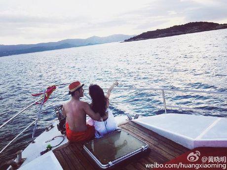 Huynh Hieu Minh dua vo bau Angelababy di nghi duong - Anh 1