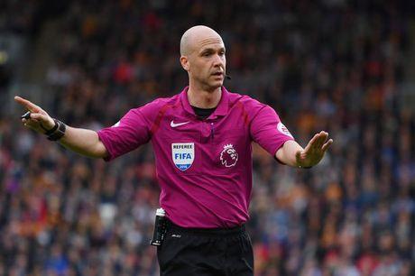 FA gay tranh cai khi de trong tai goc Manchester bat tran M.U - Liverpool - Anh 1