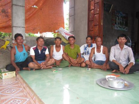 Ngu dan ke lai giay phut cuu 43 nguoi trong vu chim tau o Quang Tri - Anh 3