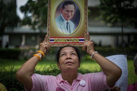 Nguoi dan va Hoang gia Thai Lan cau nguyen cho Nha Vua - Anh 1