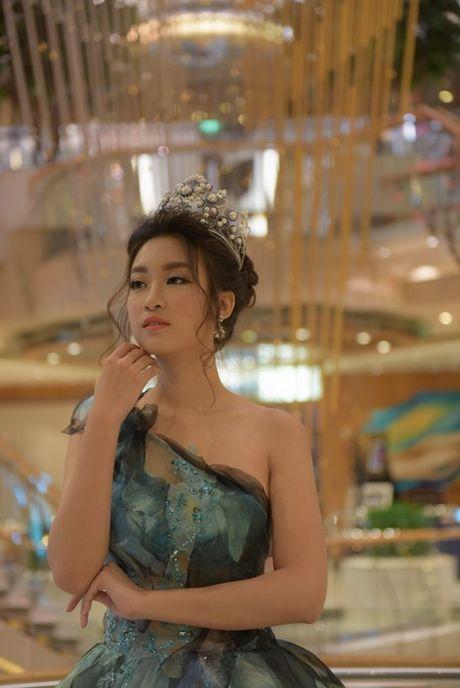 Hoa hau Do My Linh xinh nhu cong chua trong chuyen xuat ngoai dau tien - Anh 12