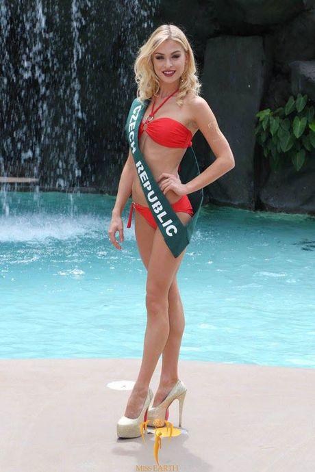 Nam Em dien bikini, khoe dang ben dan thi sinh Miss Earth - Anh 24