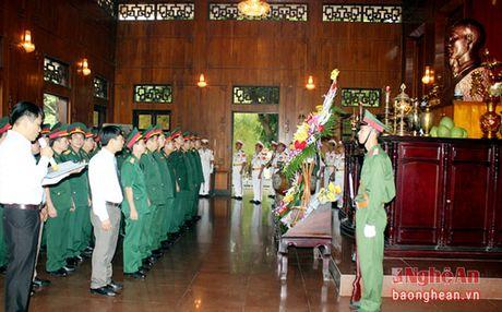 Bo Tu lenh Quan khu 4 dang hoa, dang huong tuong niem Chu tich Ho Chi Minh - Anh 1