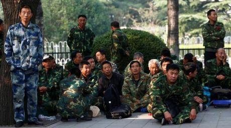 Hon 1.000 nguoi mac quan phuc bieu tinh truoc Bo Quoc phong Trung Quoc - Anh 1