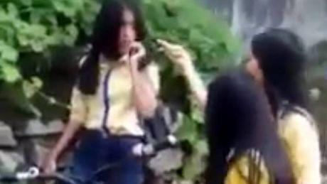 Nu sinh Hue danh ban bi canh cao toan truong - Anh 2