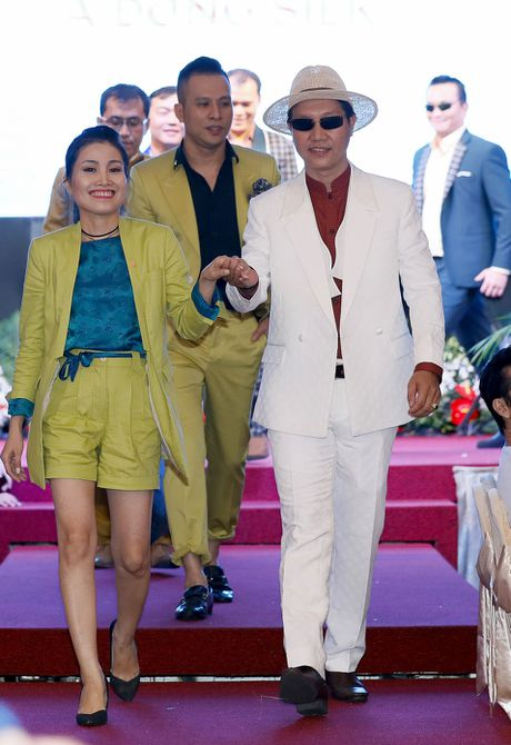 Doanh nhan tu tin trinh dien tren san catwalk tai Da Nang - Anh 5