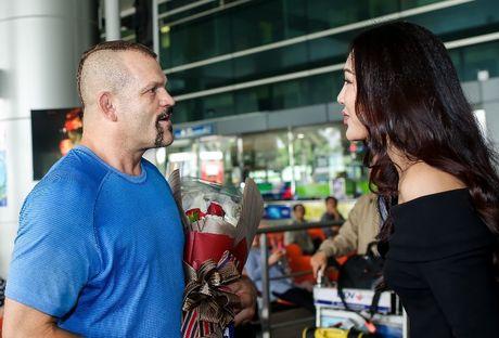 Hoa khoi ao dai 2016 don huyen thoai UFC Chuck den Viet Nam - Anh 1
