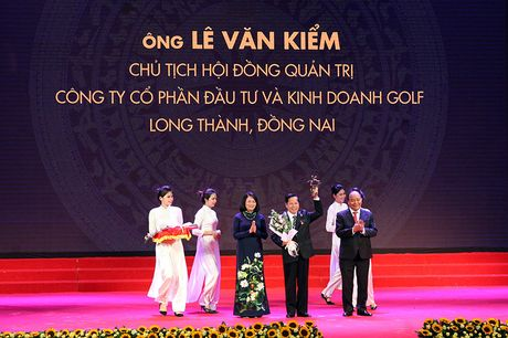 100 doanh nhan tieu bieu 2016 nhan cup Thanh Giong - Anh 3