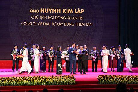 Doanh nhan Huynh Kim Lap - Chu tich Thien Tan Group nhan Cup Thanh Giong - Anh 1
