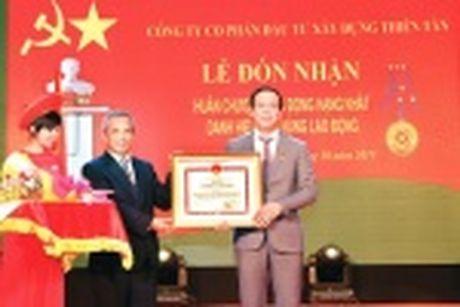 Doanh nhan Huynh Kim Lap - Chu tich Thien Tan Group nhan Cup Thanh Giong - Anh 2