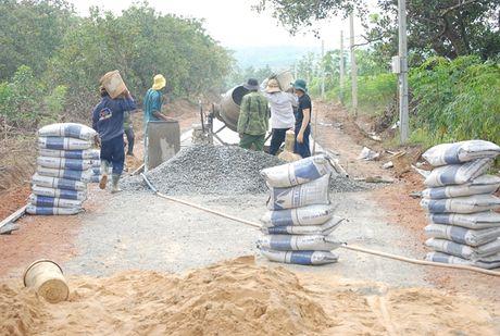 Binh Phuoc: Ho tro hon 54.000 tan xi mang lam duong - Anh 1
